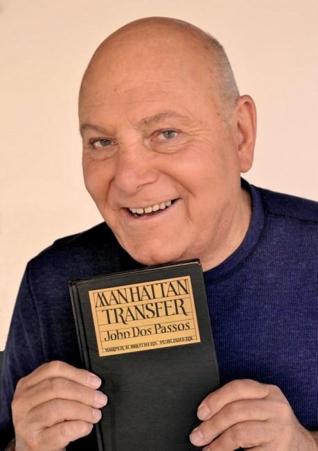 Tim Hauser, fondatore della band newyorkese, con in mano un libro che ripubblica il racconto scritto da John Dos Passos nel 1929.